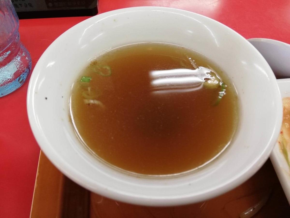 新座『くるまやラーメン』のスープの写真