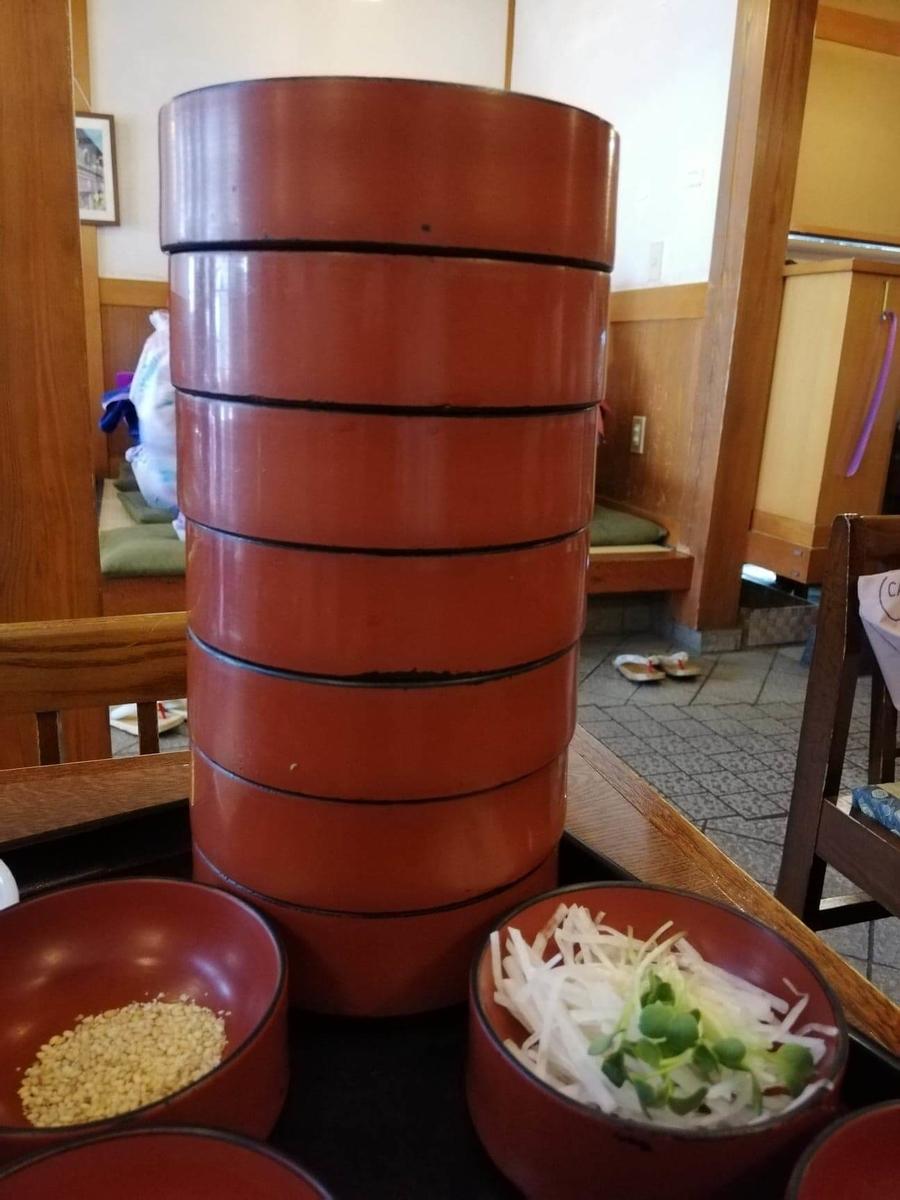 本川越『茶そば寿庵蔵のまち店』の、茶そば割子そば七段のアップ写真