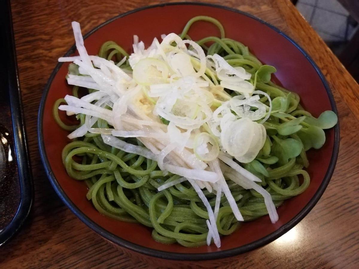 本川越『茶そば寿庵蔵のまち店』の、茶そば割子そばに大根サラダを乗せた写真