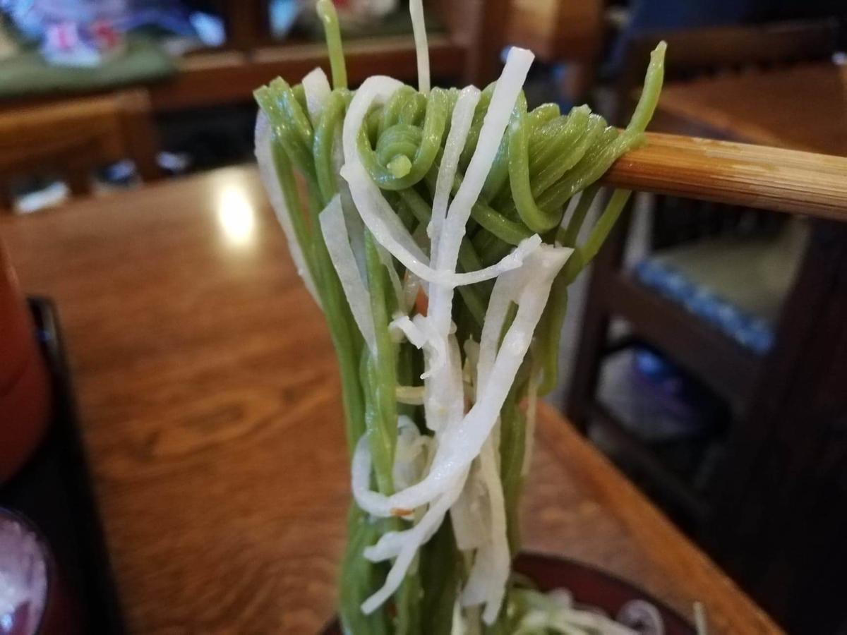 本川越『茶そば寿庵蔵のまち店』の、茶そば割子そばに大根サラダを絡めた写真