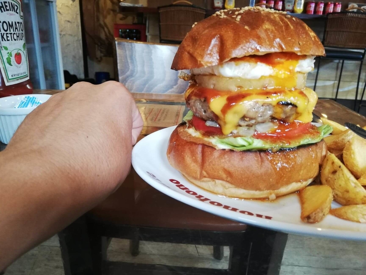 本川越『バーガーカフェホノホノ(BurgerCafe honohono)』のホノホノバーガーと拳のサイズ比較写真