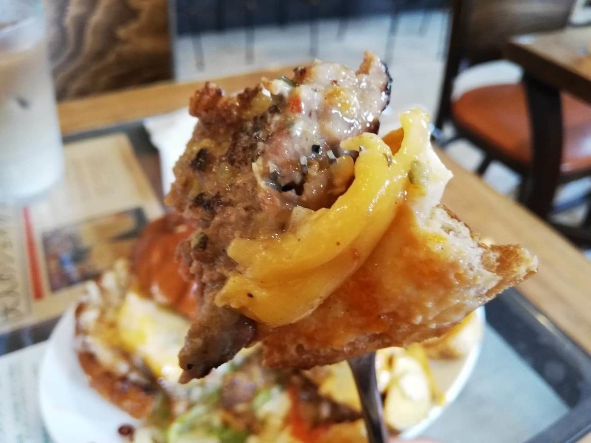 本川越『バーガーカフェホノホノ(BurgerCafe honohono)』のホノホノバーガーをフォークで刺している写真