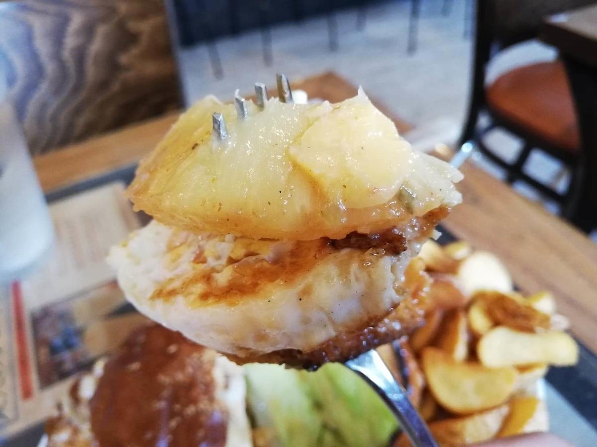 本川越『バーガーカフェホノホノ(BurgerCafe honohono)』のホノホノバーガーをフォークで刺した写真