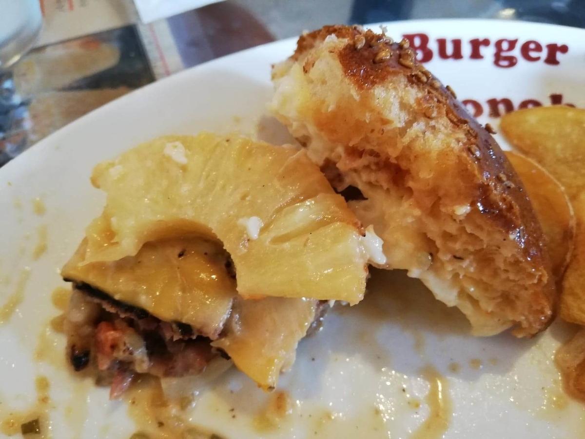 本川越『バーガーカフェホノホノ(BurgerCafe honohono)』のホノホノバーガーの具材の写真