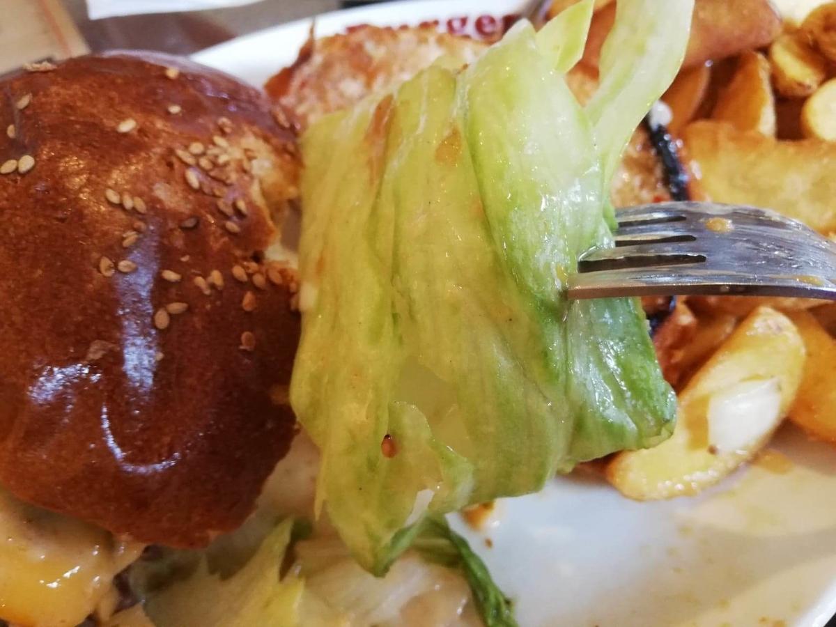 本川越『バーガーカフェホノホノ(BurgerCafe honohono)』のホノホノバーガーのレタスの写真
