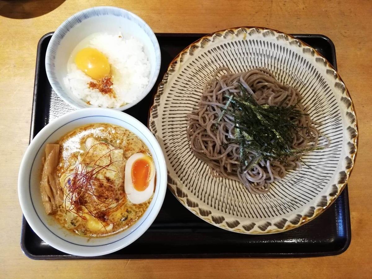 高田馬場『つけ蕎麦安土』の、カレーチーズつけ蕎麦と卵かけご飯の写真