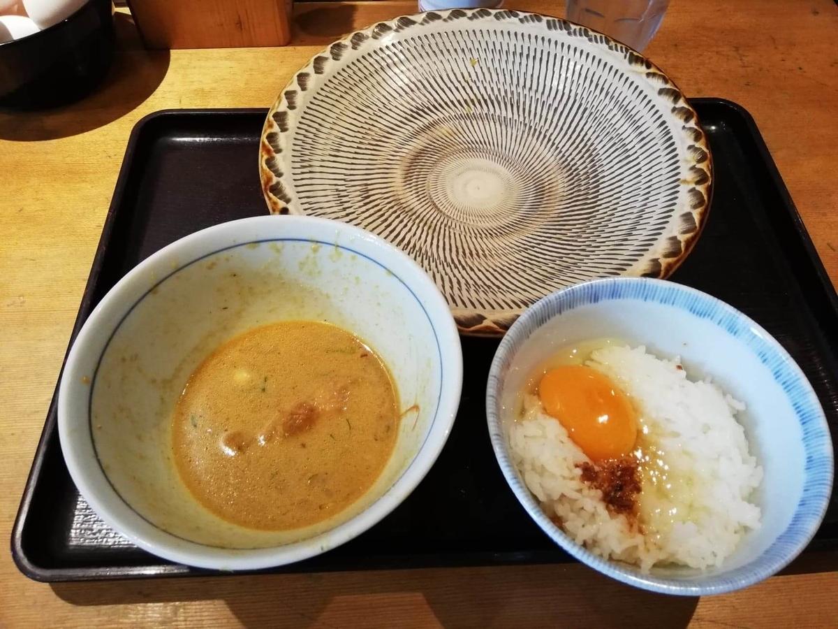 高田馬場『つけ蕎麦安土』の、カレーチーズと卵かけご飯の写真