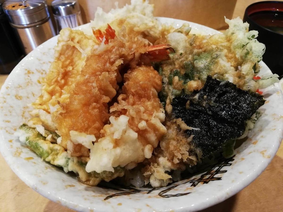 池袋『天丼ふじ』のジャンボ天丼のアップ写真②