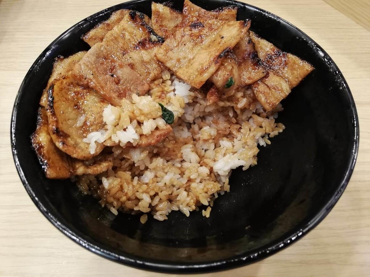 西武新宿『豚大学新宿校舎』の、残り半分の豚丼の写真