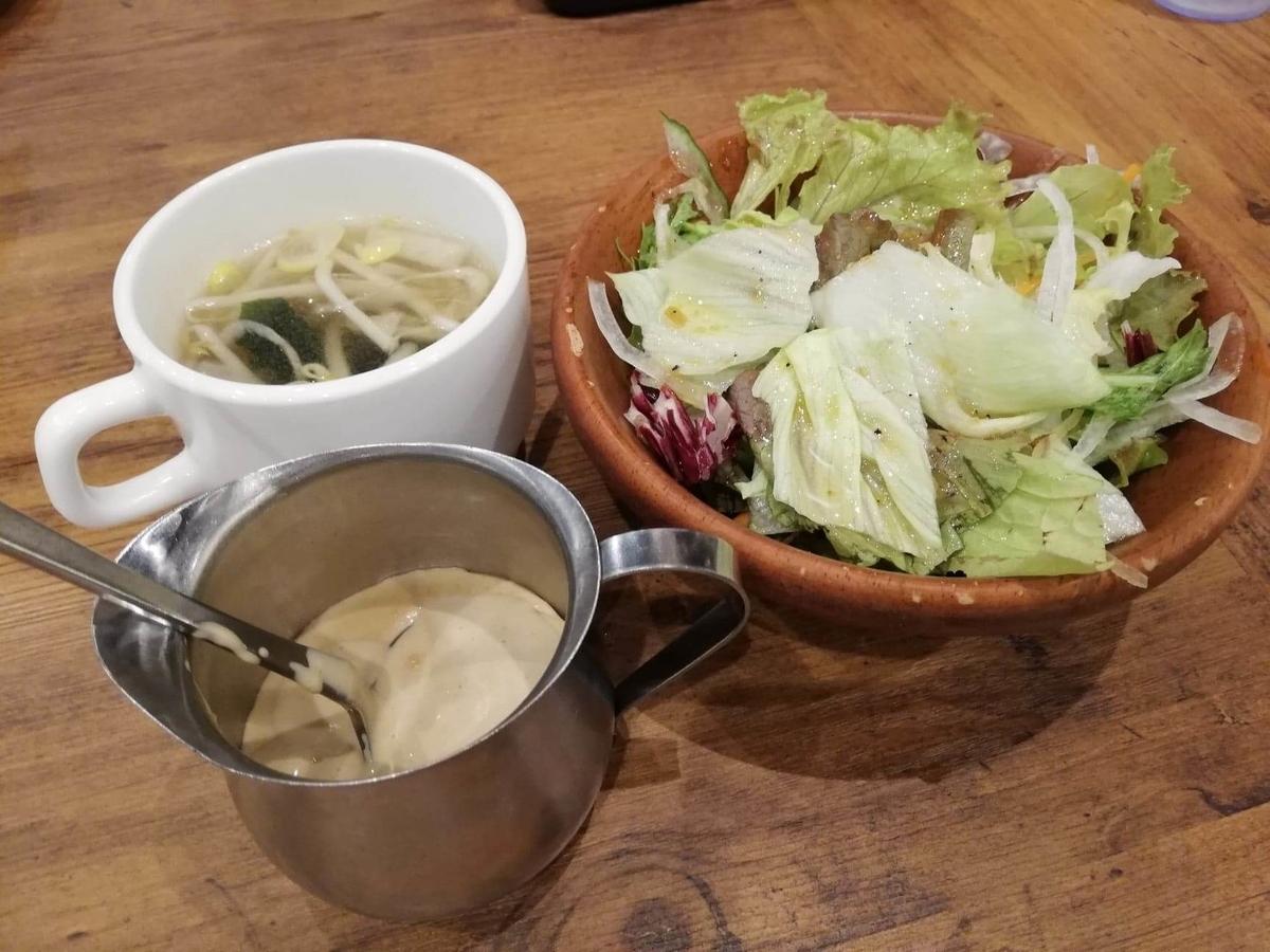 武蔵浦和『ヒーローズ』のサラダとスープとクリーミーガーリックソースの写真