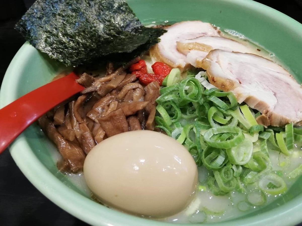 武蔵浦和『麺匠むさし坊』の、太麺全部入りラーメンのアップ写真