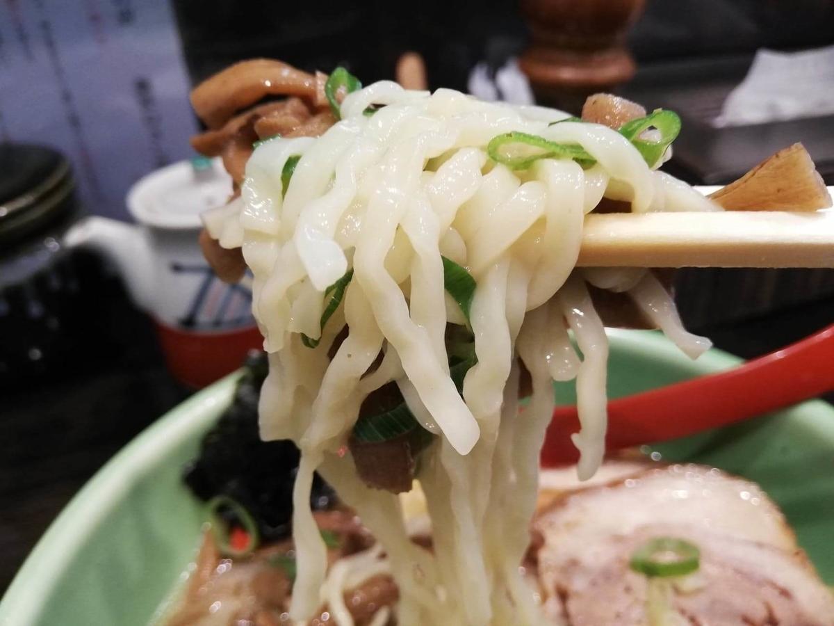 武蔵浦和『麺匠むさし坊』の、太麺全部入りラーメンの麺のアップ写真