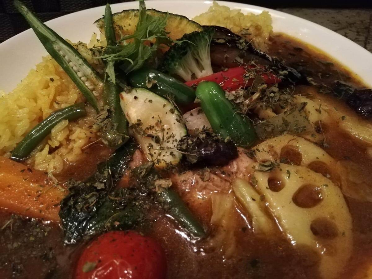 本川越『ぽか羅』のチキン野菜カレーのアップ写真