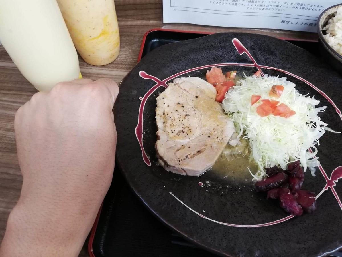 高田馬場(下落合)『極厚家』の極厚しょうが焼き定食と拳のサイズ比較写真