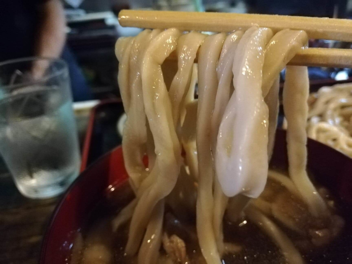 新座(保谷駅)『うどんや藤』の肉うどんの麺のアップ写真