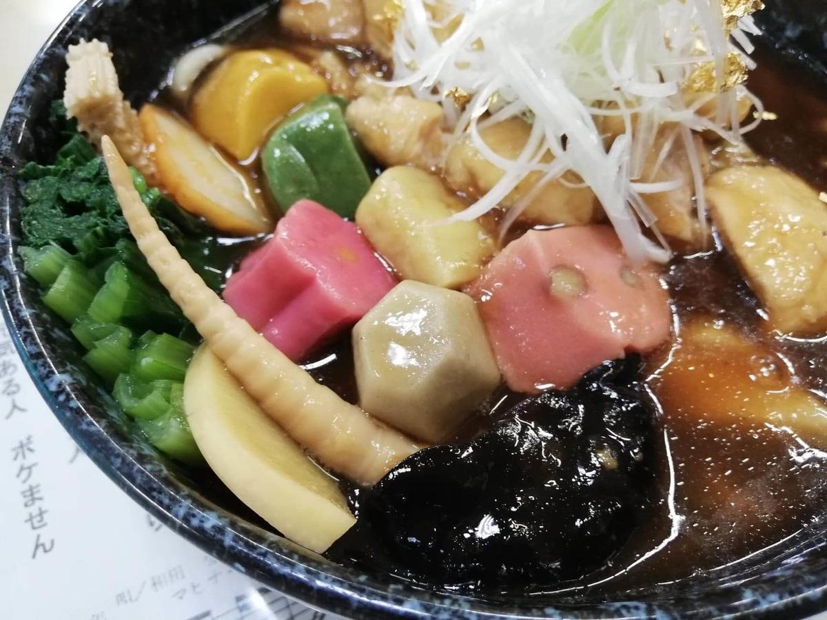 石川県金沢市兼六園近く『城山亭』の、治部煮うどんのアップ写真①