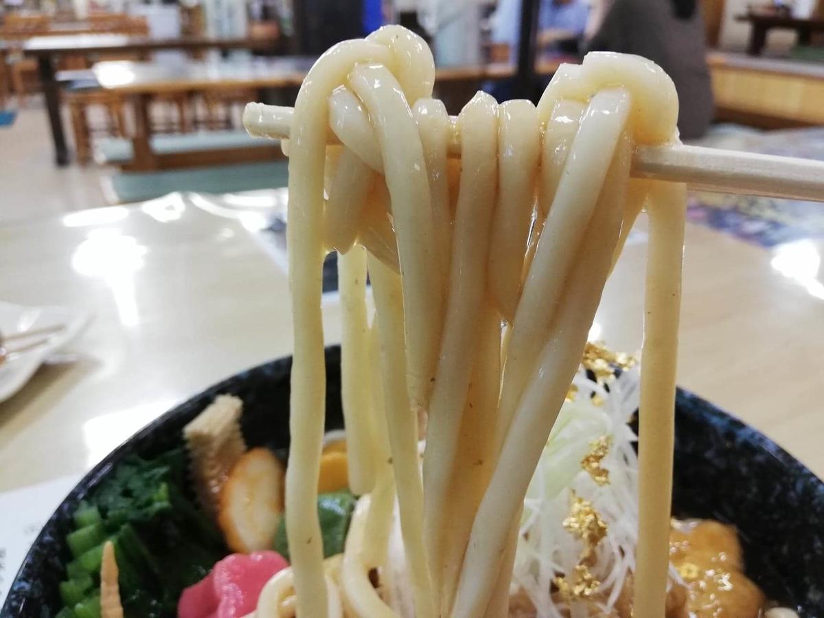 石川県金沢市兼六園近く『城山亭』の、治部煮うどんの麺の写真