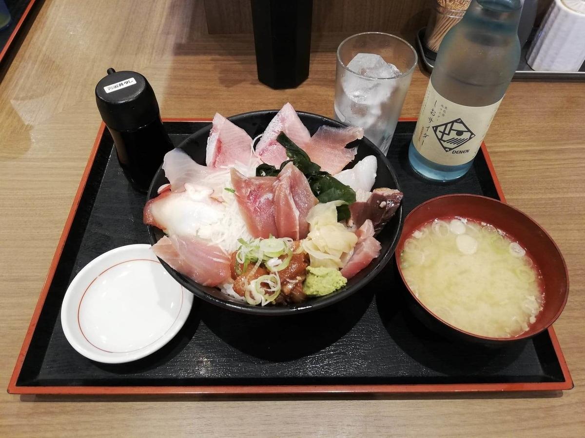 金沢市中央卸売市場『魚がし食堂』の日替わり得盛りてんこ丼セットの写真