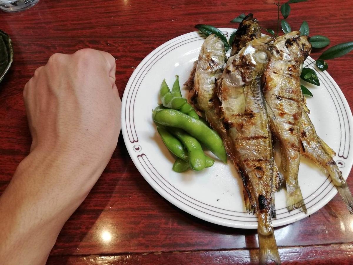 金沢市中央卸売市場『三四味屋』のはたはた焼きと拳のサイズ比較写真
