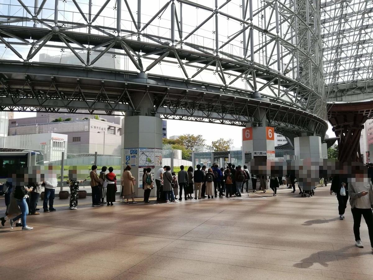 金沢駅東口のバス乗り場の写真①