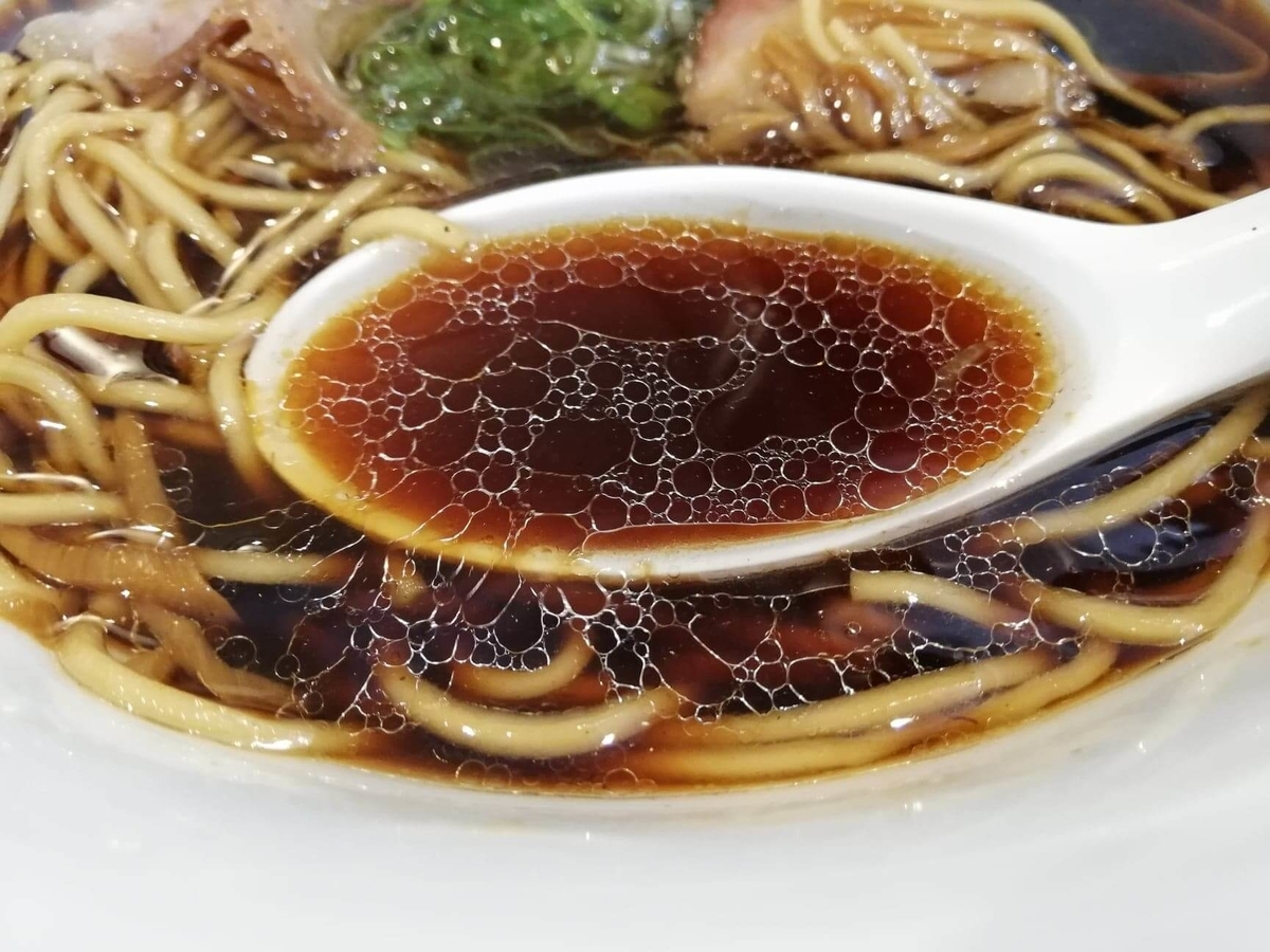 東中野『かしわぎ』の醤油ラーメンのスープの写真