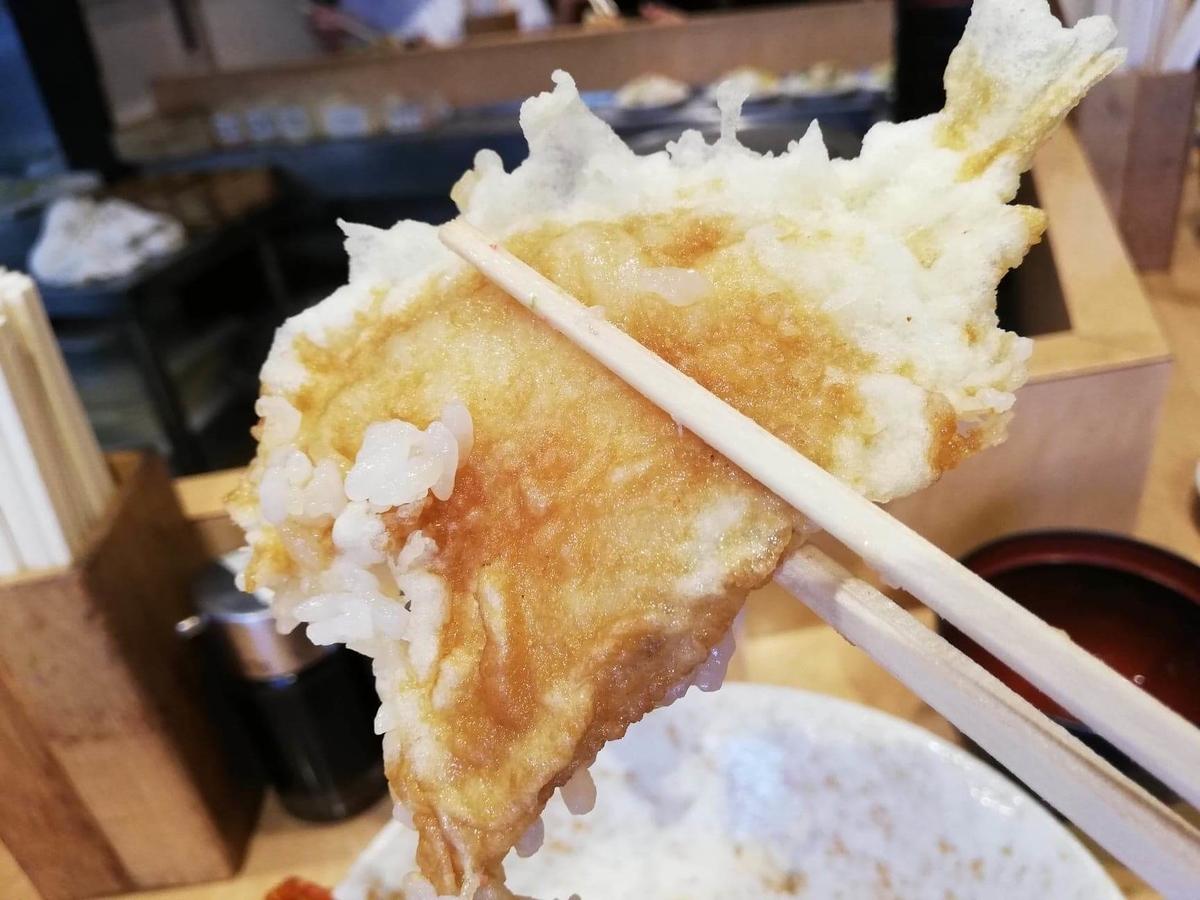 池袋『天丼ふじ』のジャンボ天丼のキスの天ぷらの写真