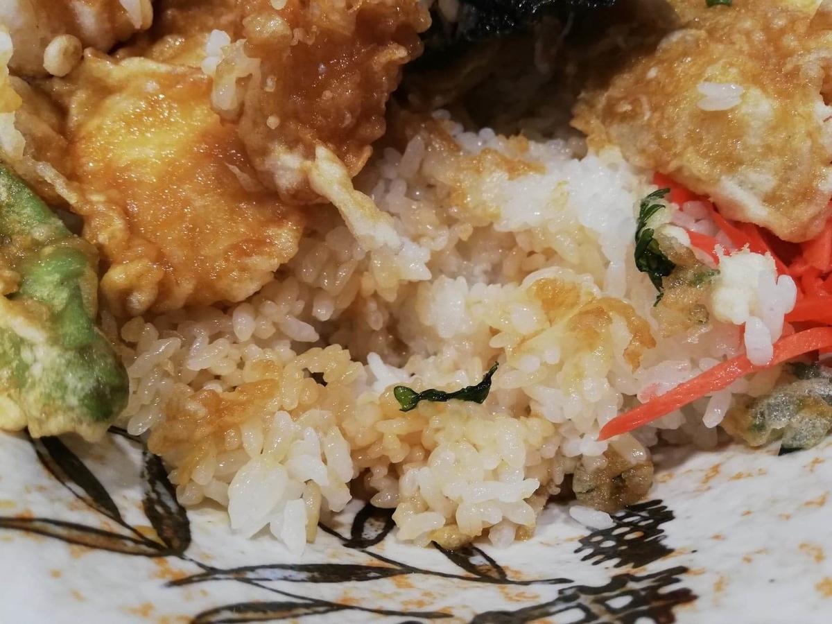 池袋『天丼ふじ』のジャンボ天丼のライスの写真