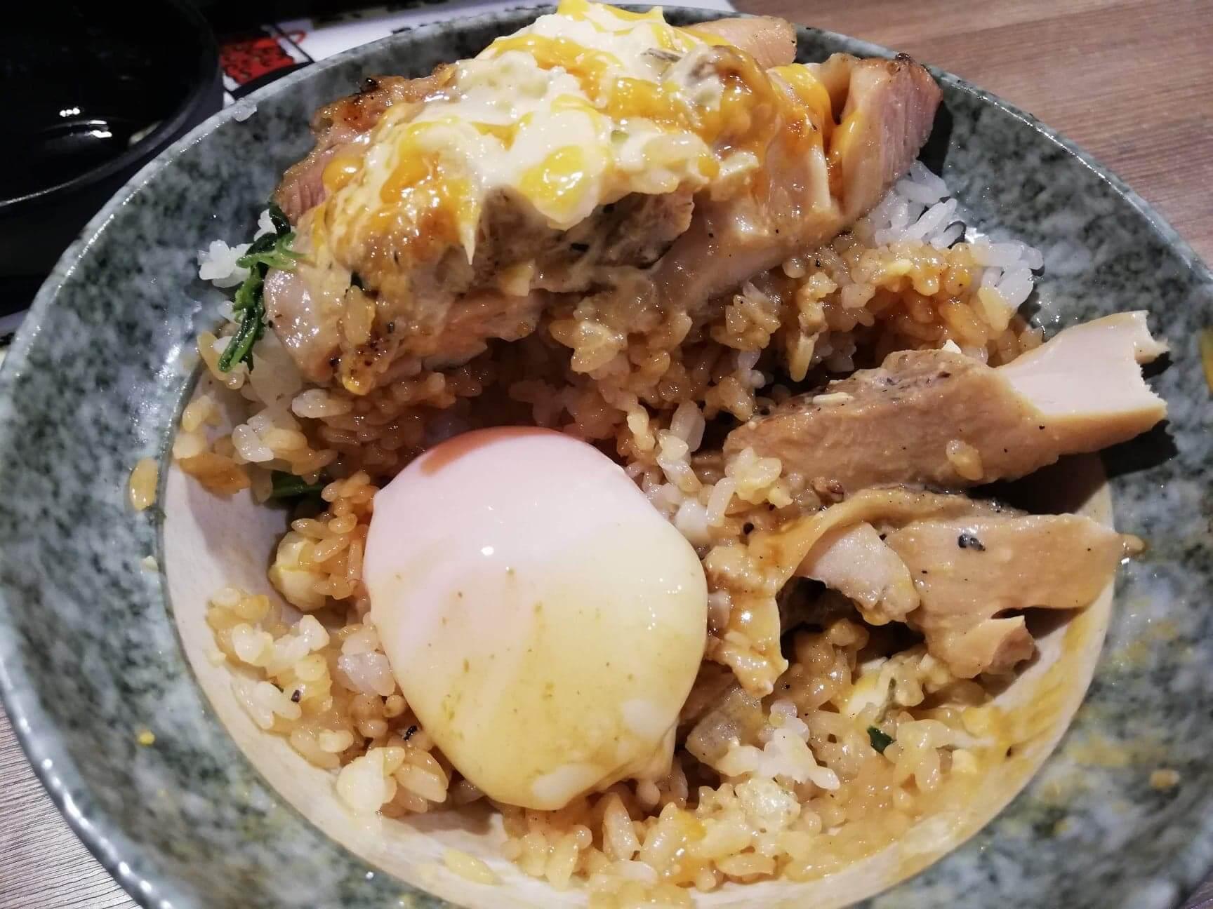 高田馬場(早稲田駅周辺)『どんぴしゃり』の炭焼鶏タル丼と温泉卵の写真