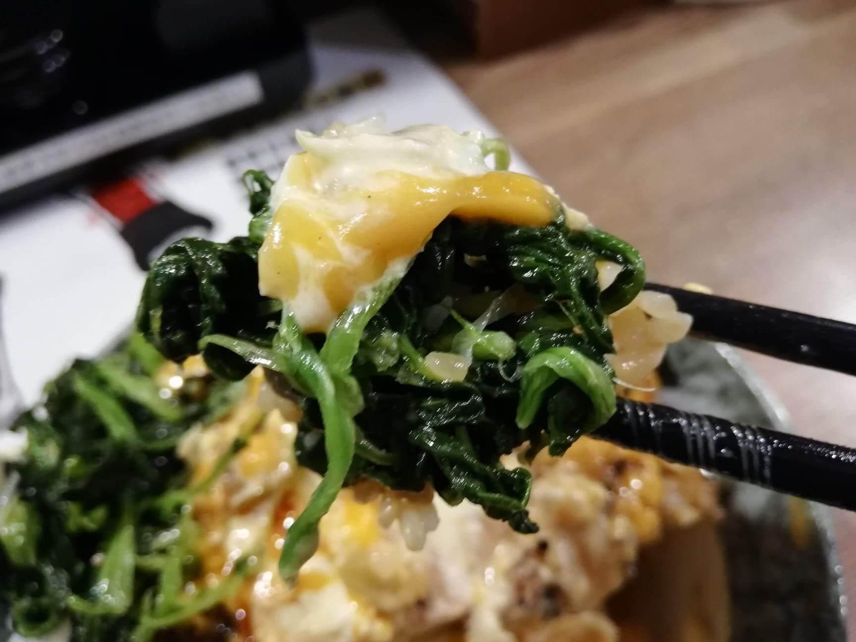 高田馬場(早稲田駅周辺)『どんぴしゃり』の炭焼鶏タル丼のほうれん草の写真
