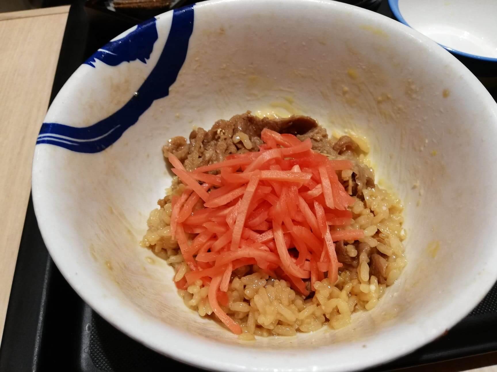 松屋の牛丼に紅生姜を乗せた写真