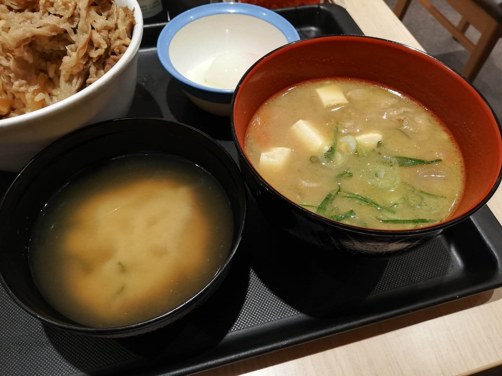 松屋の豚汁と味噌汁の画像