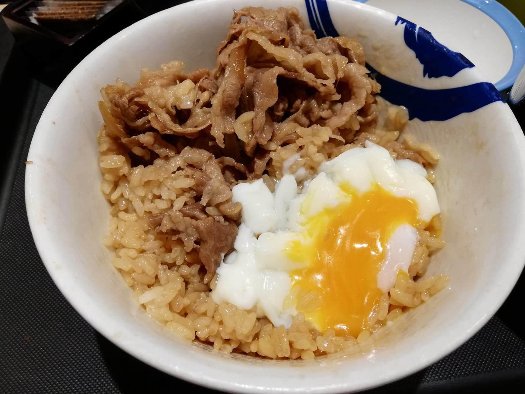 松屋の牛丼に半熟卵を乗せた写真