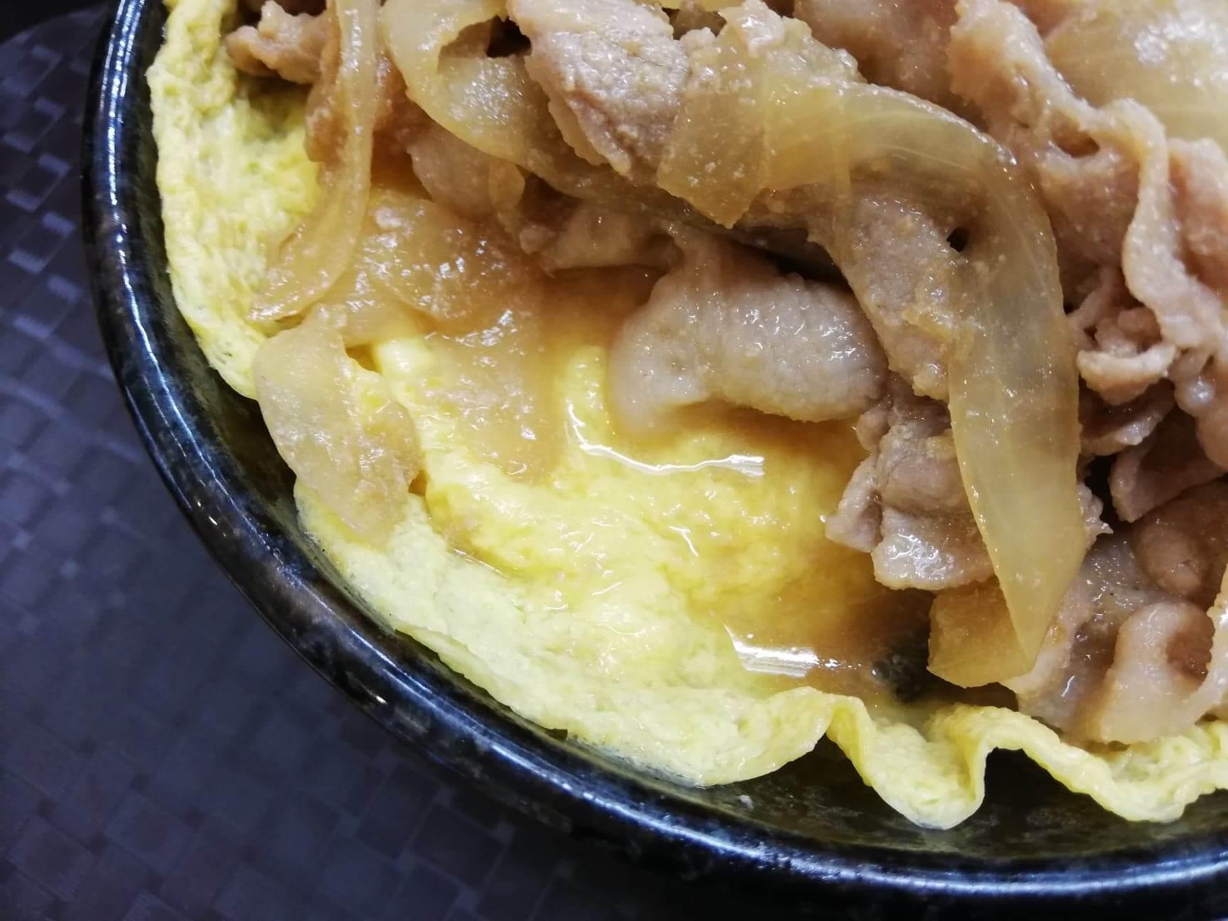 江古田『笑姜や』の、理想の生姜焼き丼の卵の写真