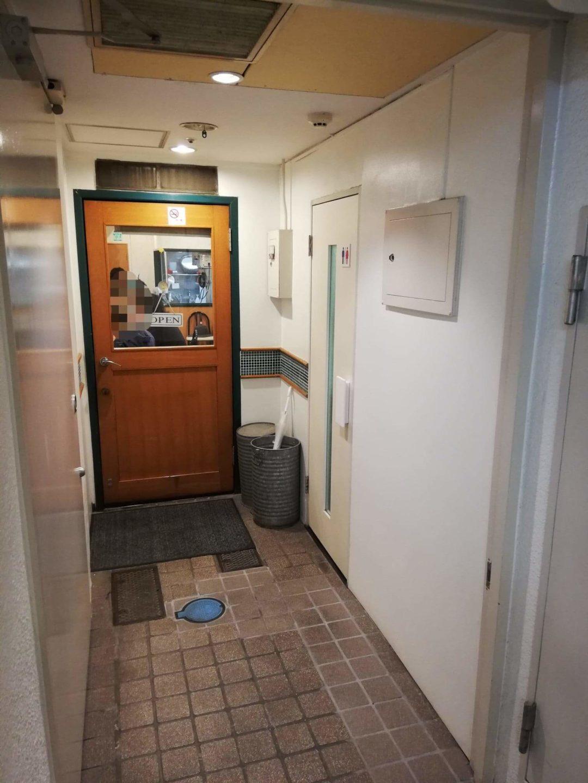 渋谷(神泉)『カレー屋パクパクもりもり』のドアの写真