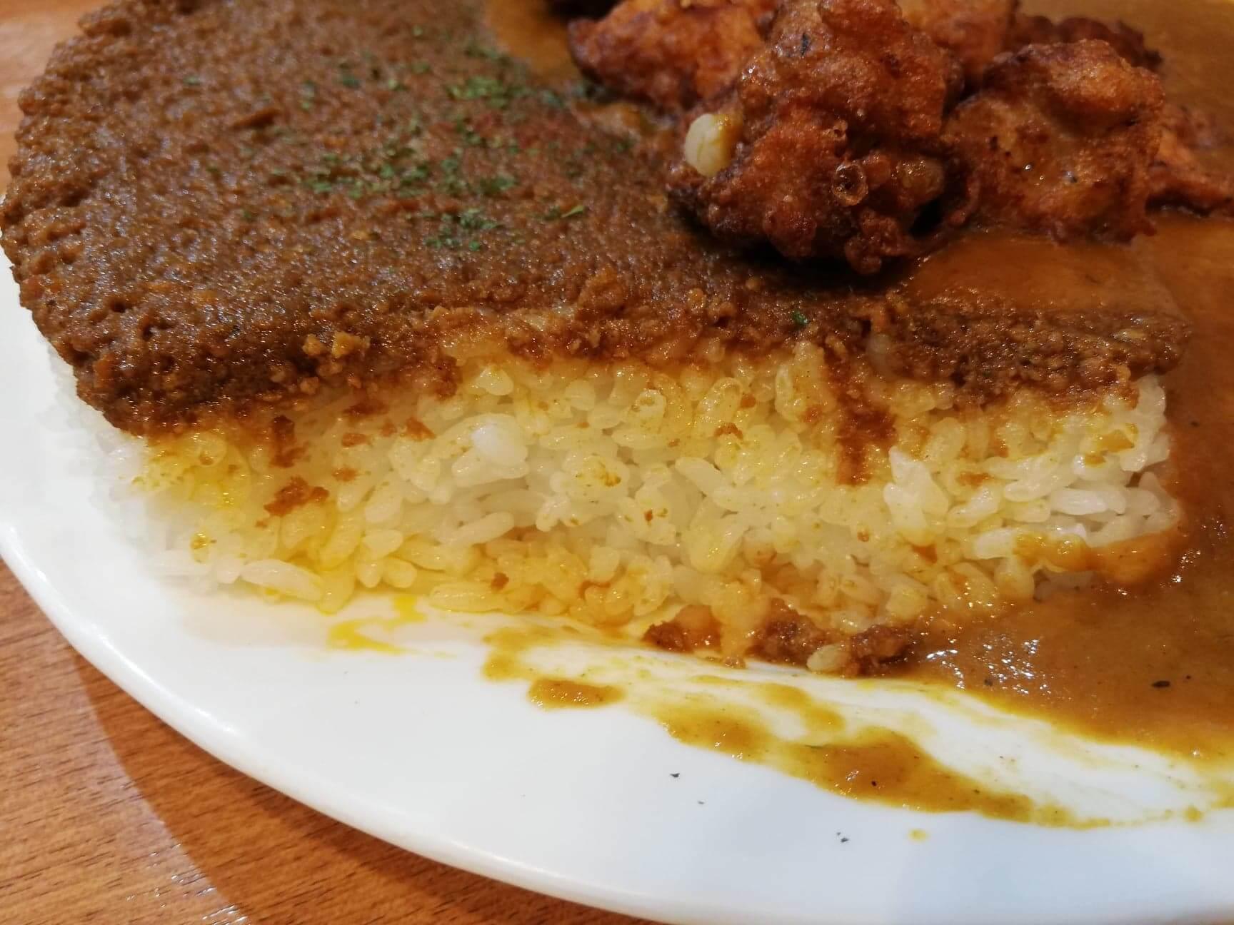 渋谷(神泉)『カレー屋パクパクもりもり』のパクもり唐揚げカレーの断面写真