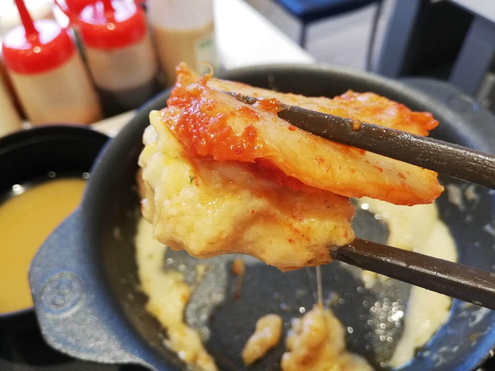 松屋『シュクメルリ鍋定食』のキムチと鶏肉の写真