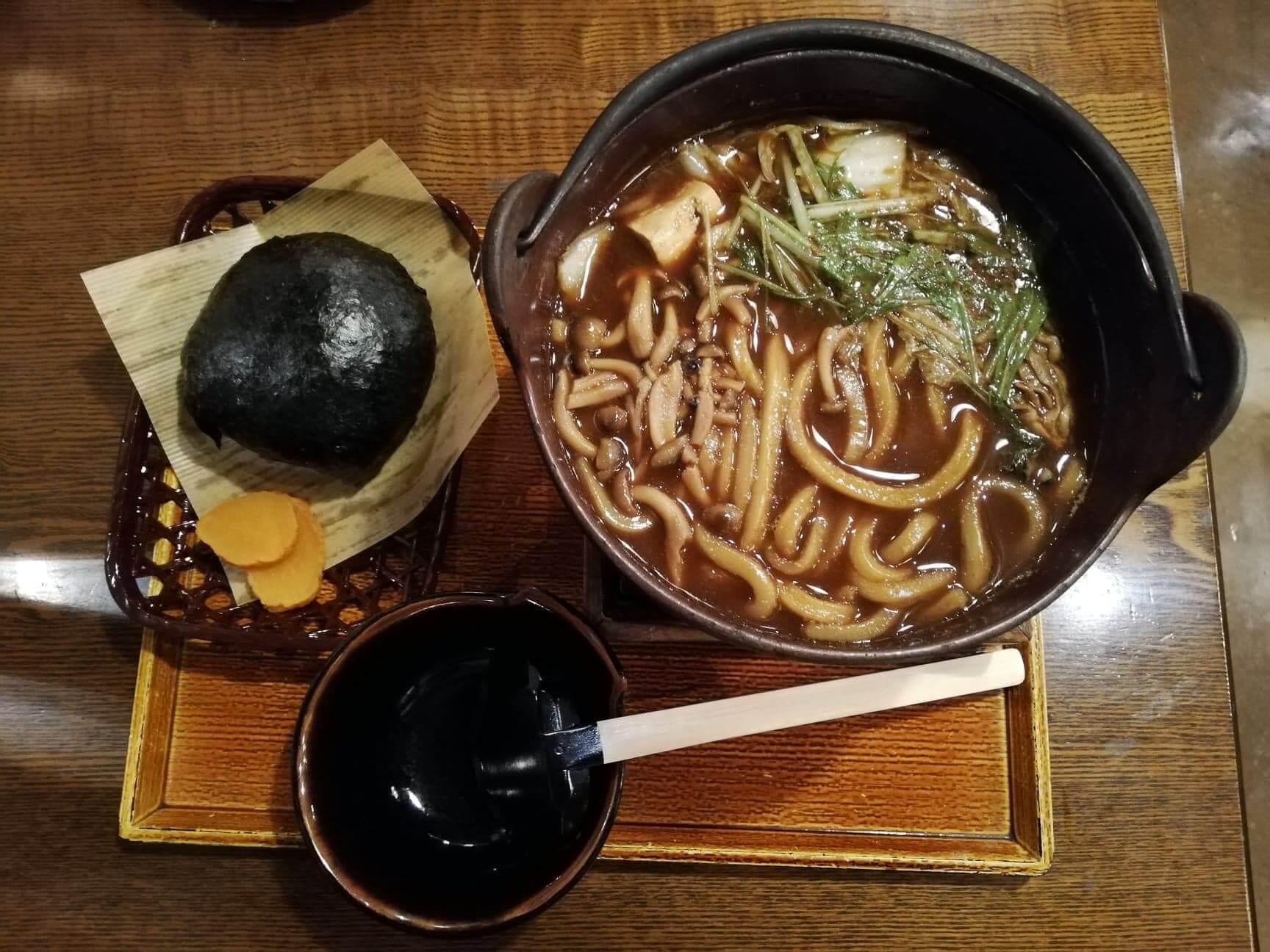広島県の前空駅『田舎茶屋わたや大野店』の、牡蠣の味噌バター鍋焼うどんと山賊むすびセットの写真