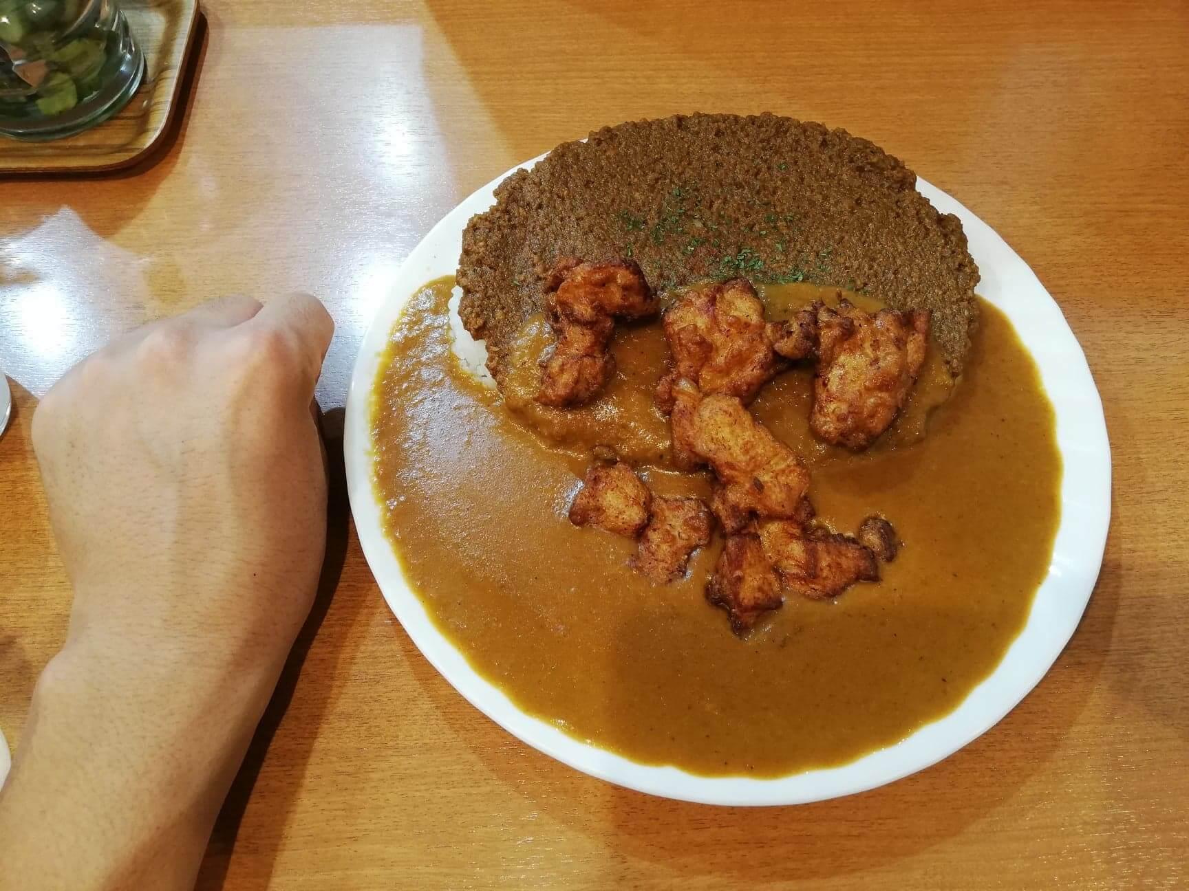 渋谷(神泉)『カレー屋パクパクもりもり』のパクもり唐揚げカレーと拳のサイズ比較写真