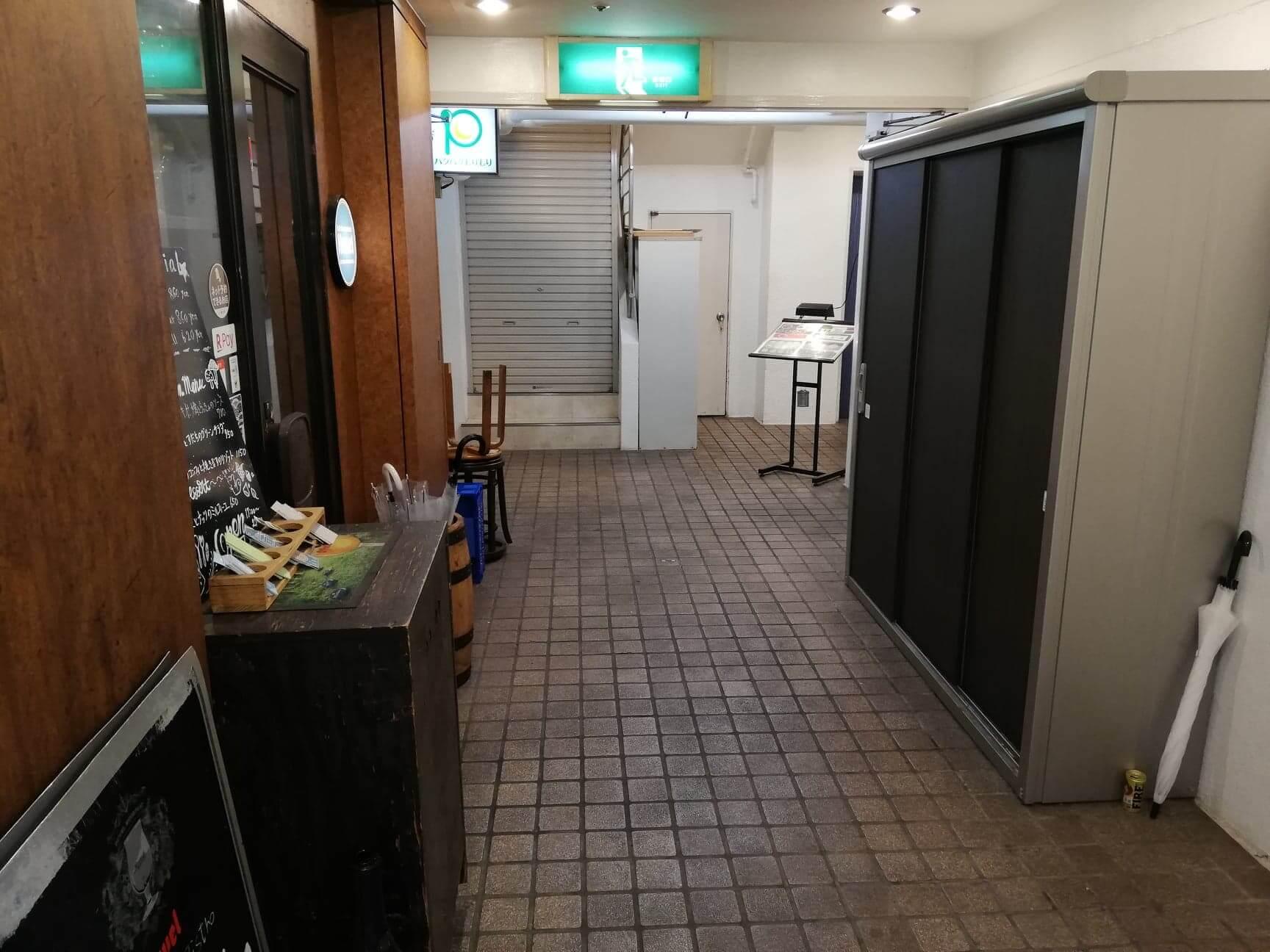 渋谷(神泉)『カレー屋パクパクもりもり』の地下通路の写真