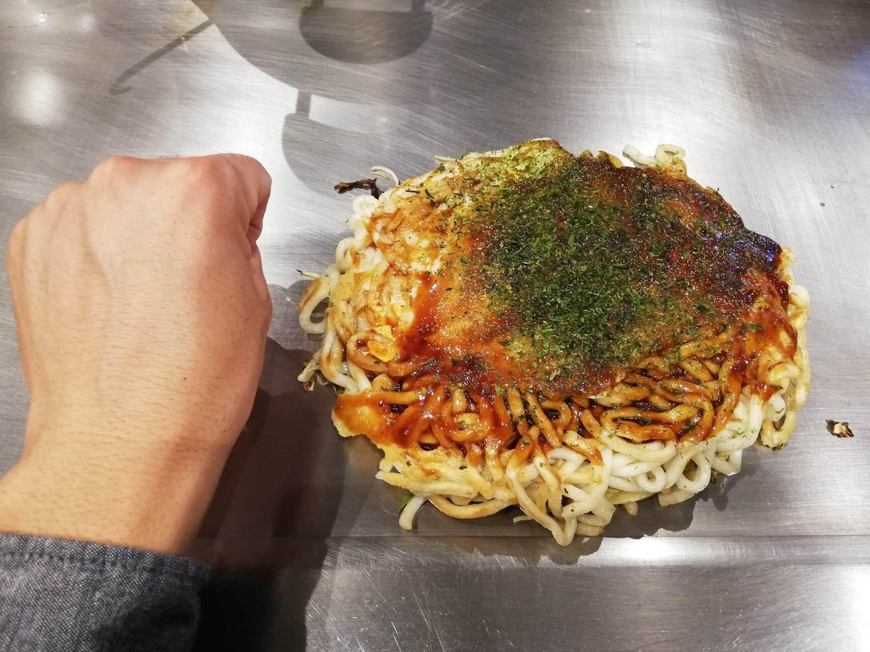 広島県『薬研堀八昌』のうどん肉玉と拳のサイズ比較写真