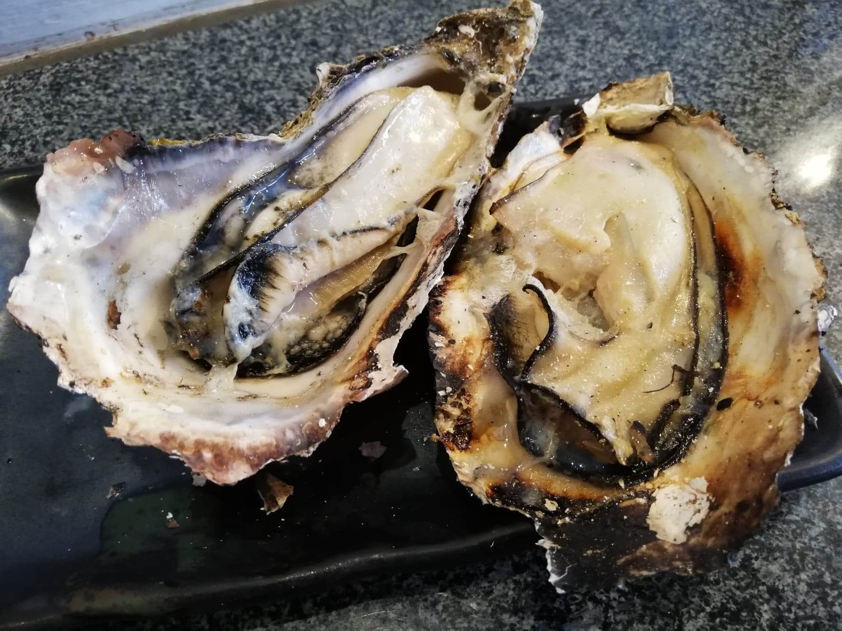 広島県宮島『牡蠣屋』の焼き牡蠣の写真