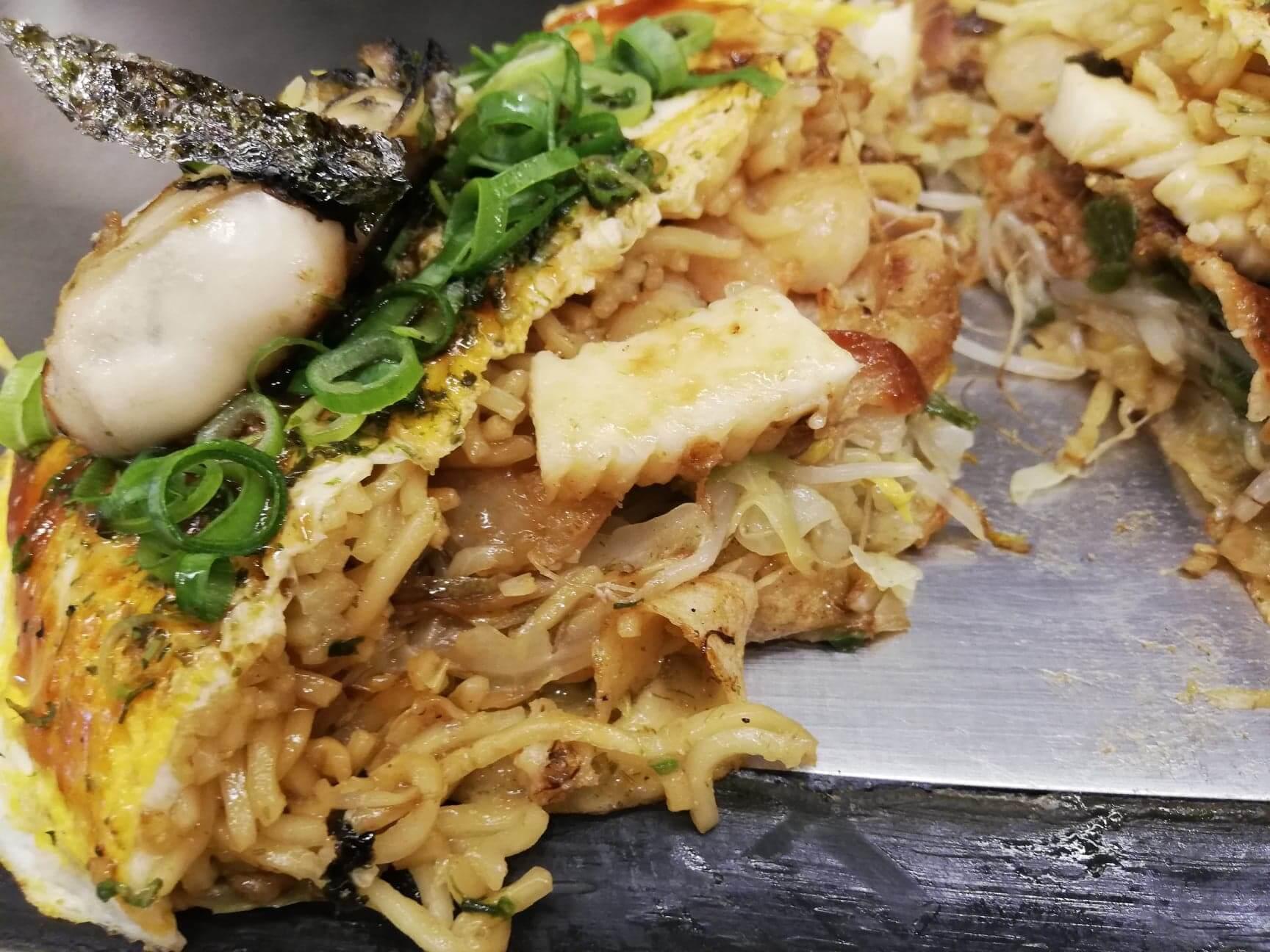広島『本家村長の店』のお好み焼きの断面写真
