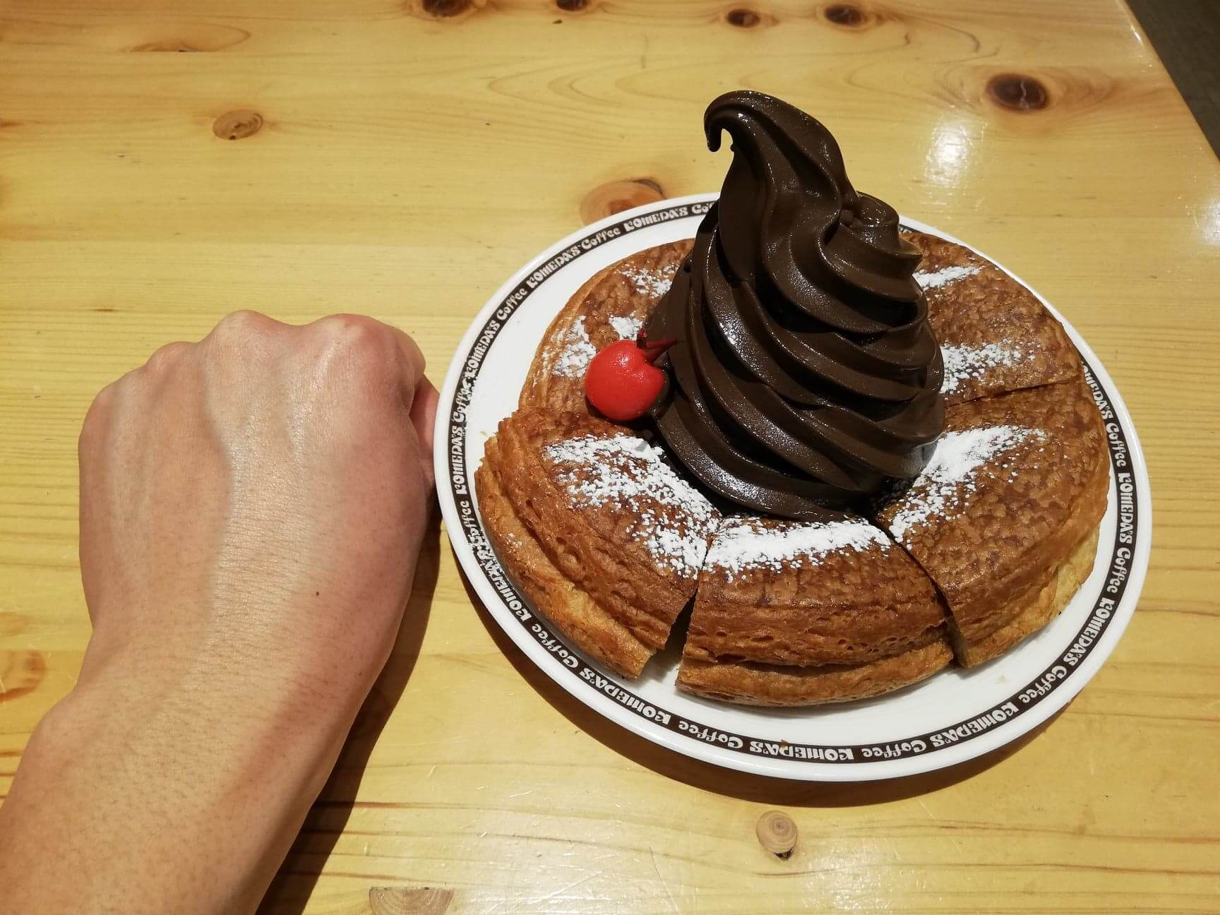 コメダ珈琲店の『ショコラノワール』と拳のサイズ比較写真