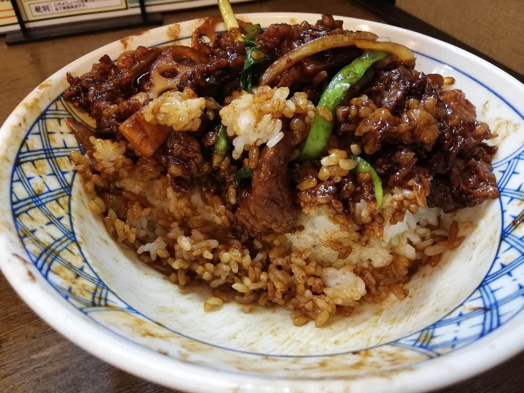 新座『三珍富士力食堂』の牛バラ丼の断面写真