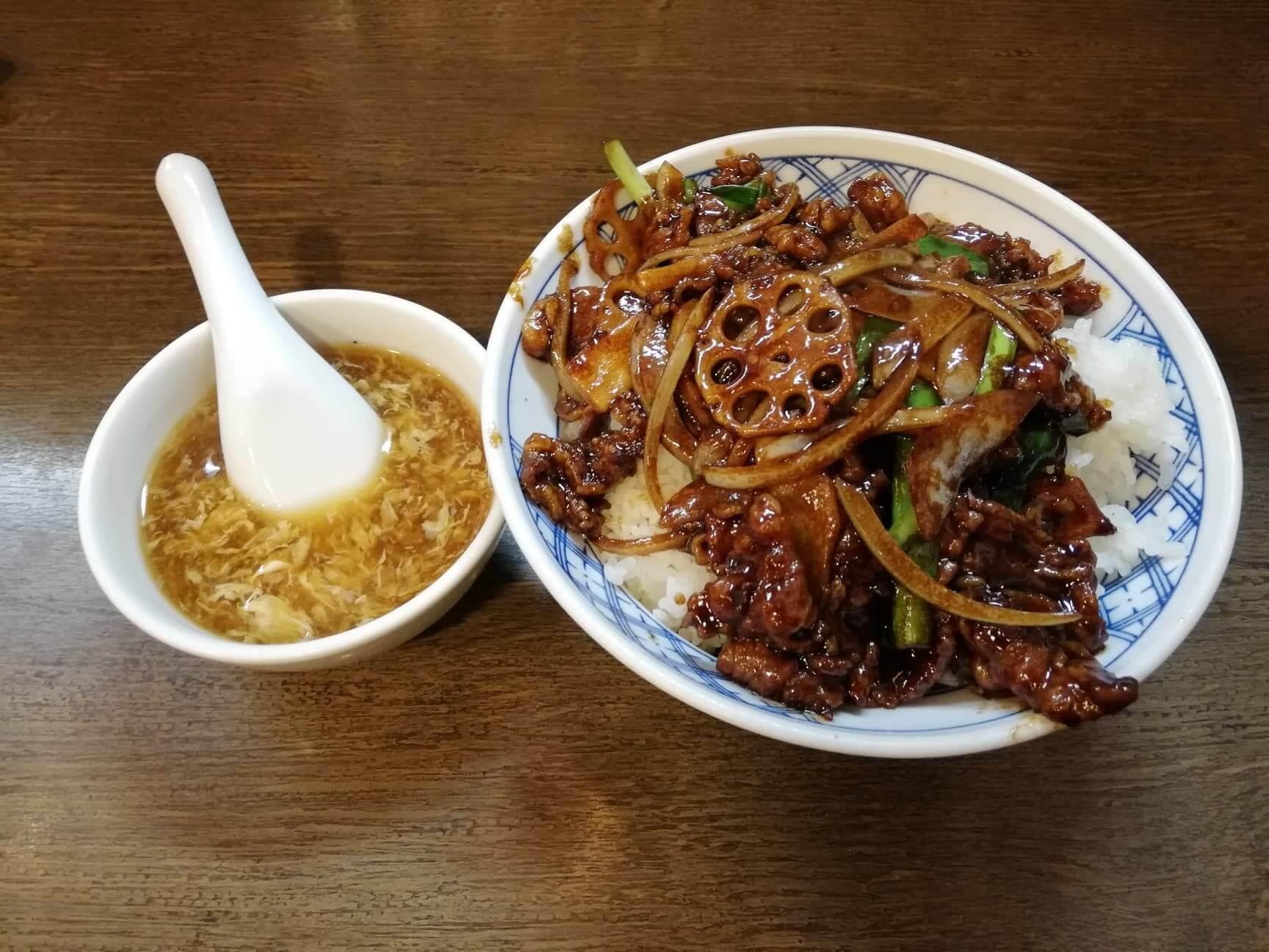 新座『三珍富士力食堂』の牛バラ丼とスープの写真