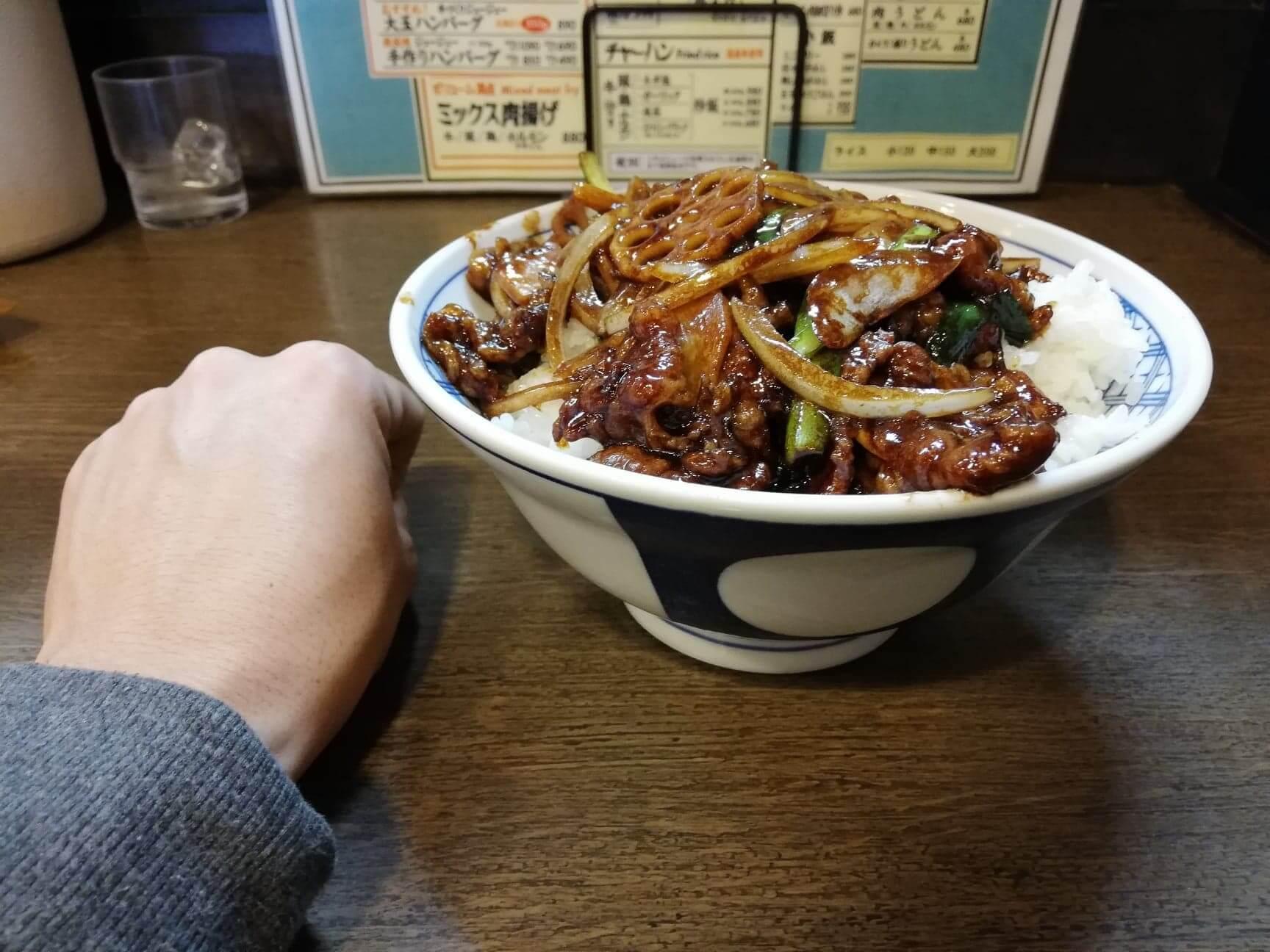新座『三珍富士力食堂』の牛バラ丼と拳のサイズ比較写真②
