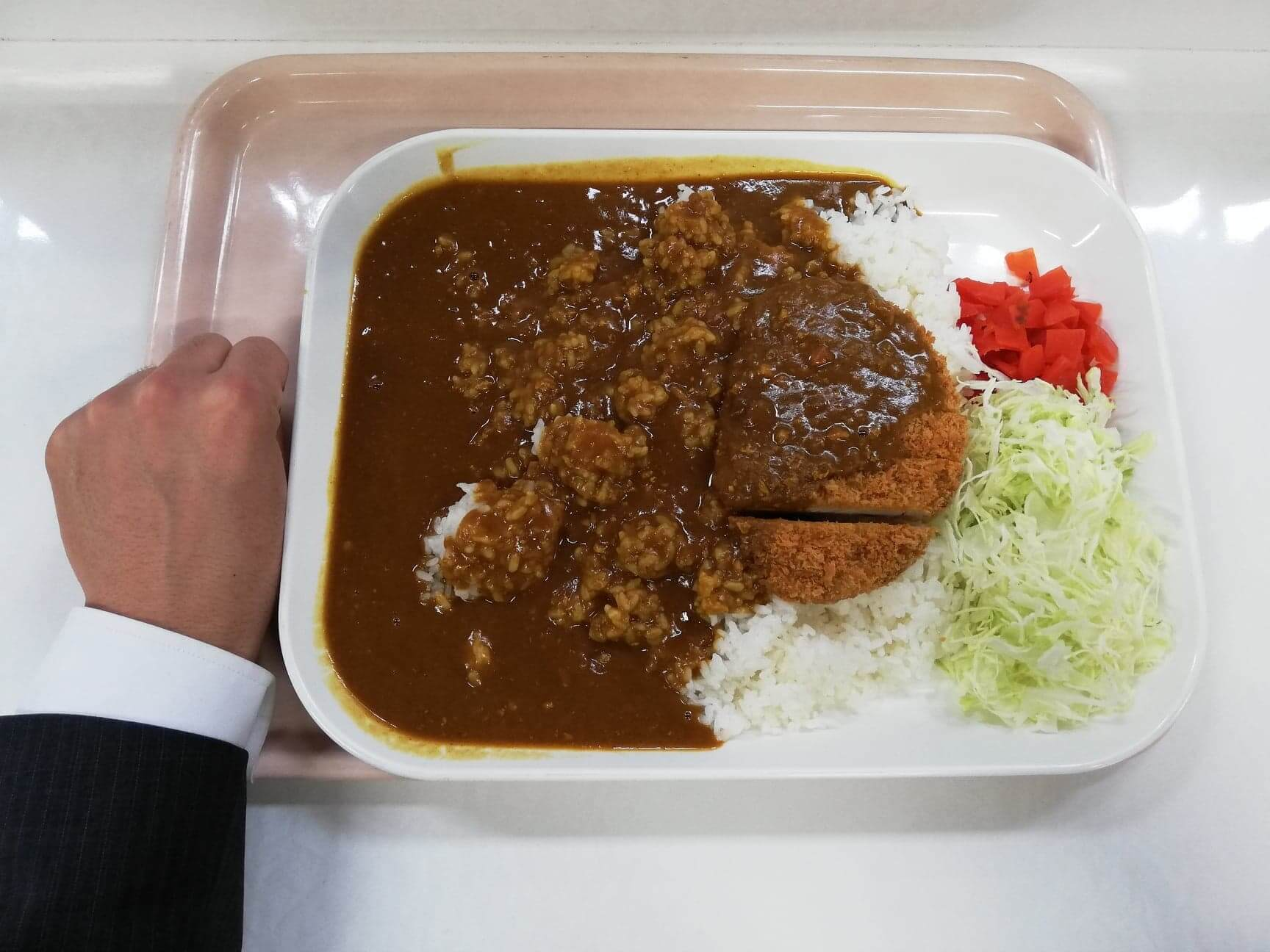 練馬区役所の職員レストランの『メガカツカレー』と拳のサイズ比較写真