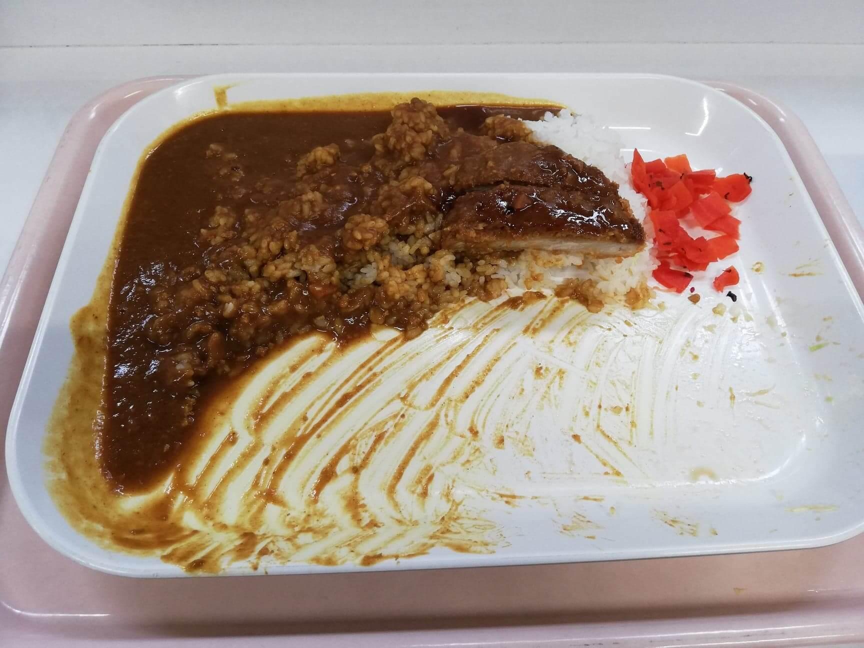 練馬区役所の職員レストランの『メガカツカレー』の残り半分の写真