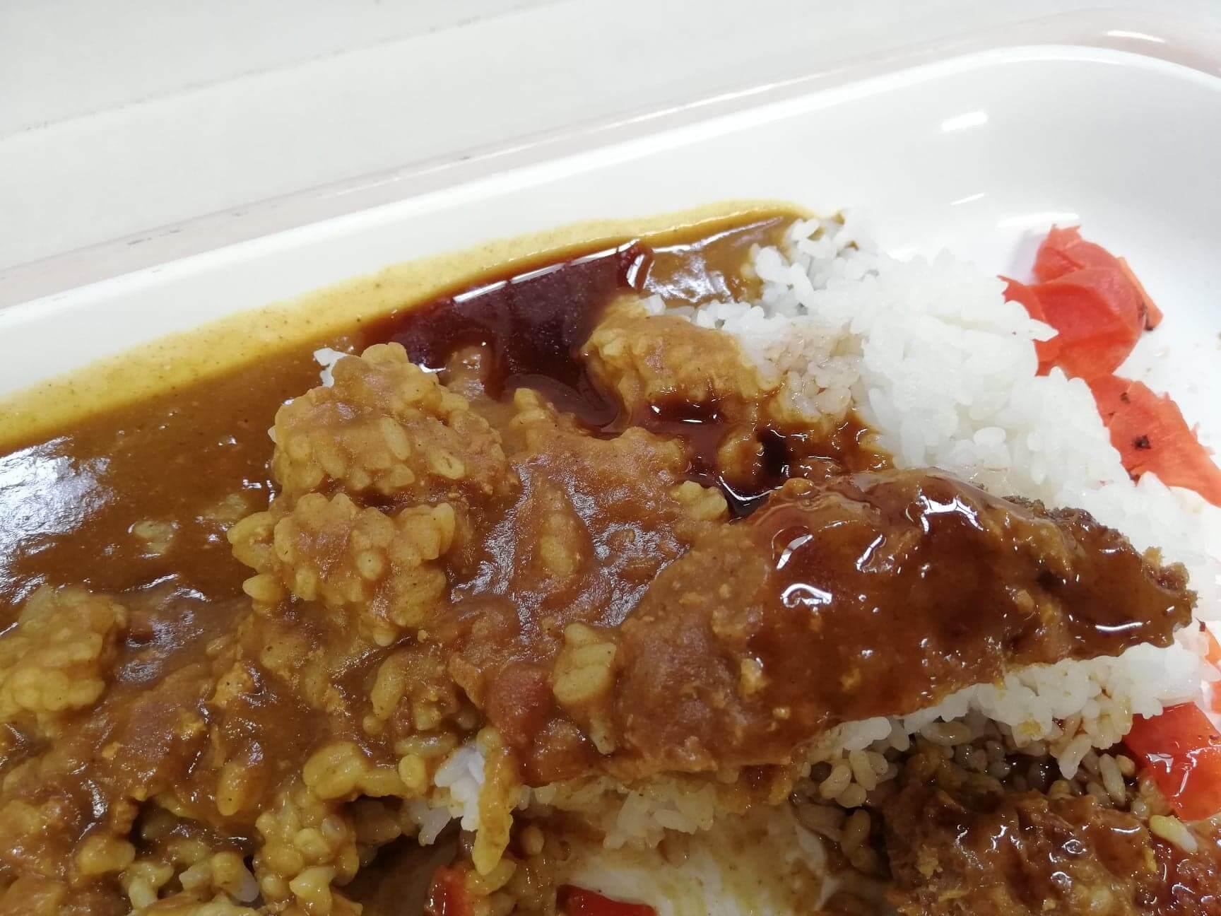 練馬区役所の職員レストランの『メガカツカレー』にソースをかけた写真