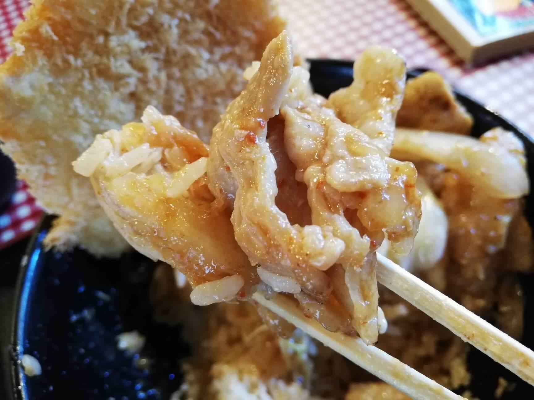 江古田『キッチン男の晩ごはん女の昼ごはん』のスタミナ野郎丼(極み)の肉を、箸で持ち上げた写真